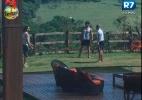 Peões se divertem jogando peteca neste domingo (18) - Reprodução/Record