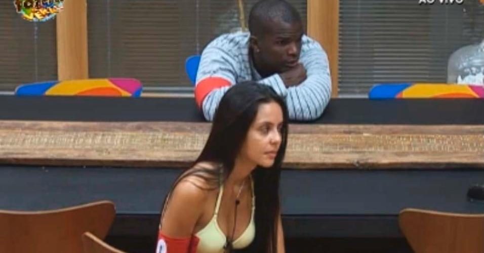 Raphael e Flávia conversam durante café da manhã
