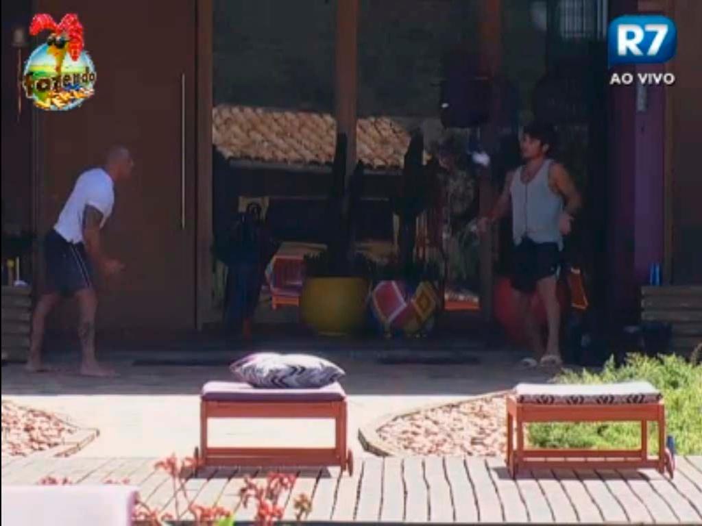 Rodrigo Simões e Victor jogam peteca
