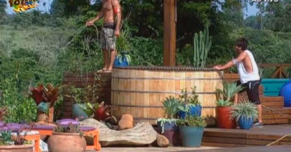 Dan e Victor fazem limpeza