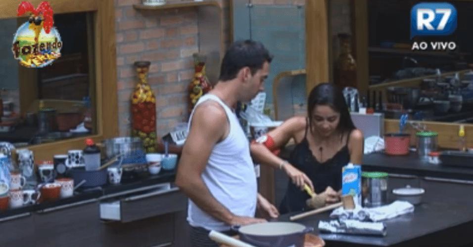 Flavia e Carril comem coco e bebem leite na madrugada