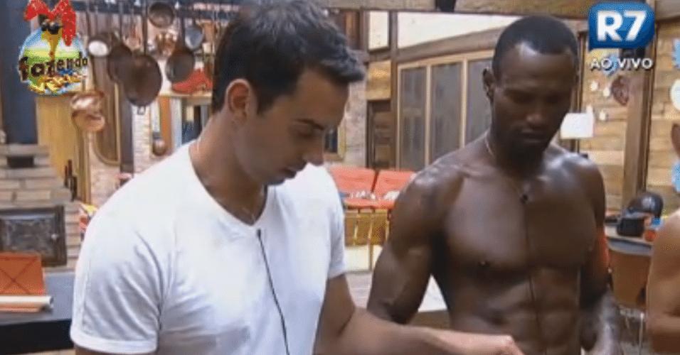 Rodrigo Carril e Sacramento lavam louça e conversam sobre família