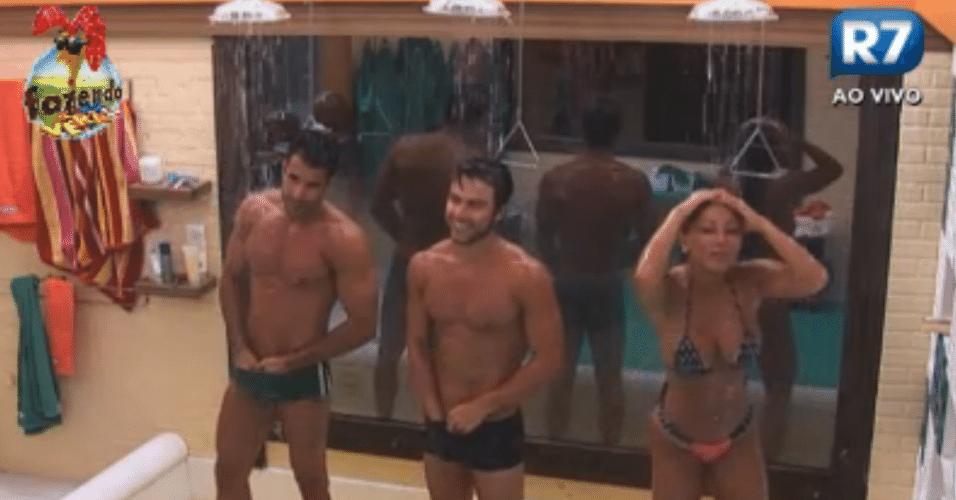 Dan e Victor tomam banho ao lado de Natalia