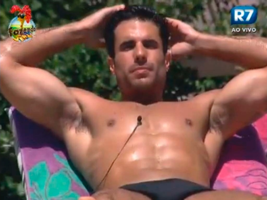 Dan relaca à beira da piscina