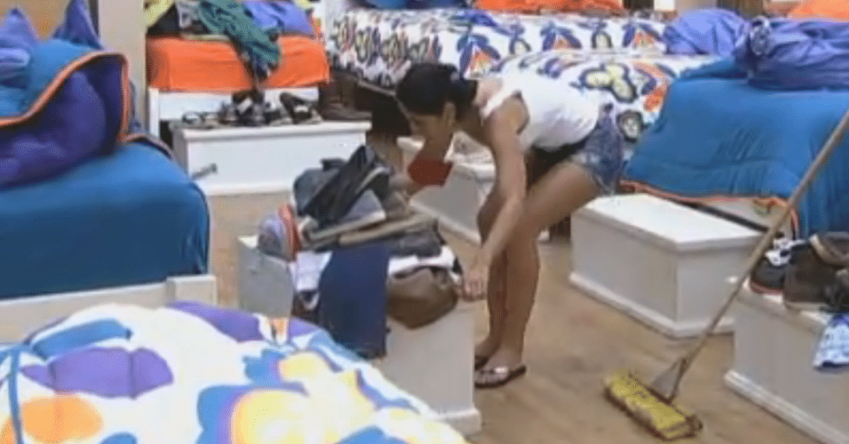 Flavia, da equipe Formiga, arruma e limpa o quarto dos peões
