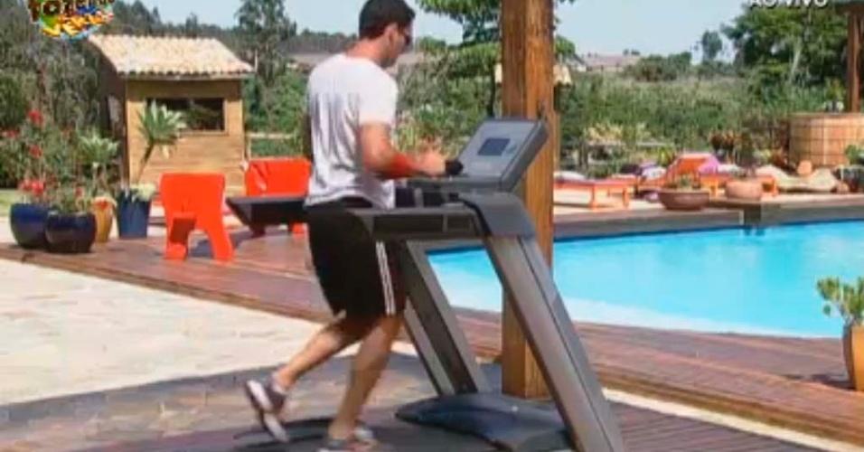 Rodrigo corre na esteira