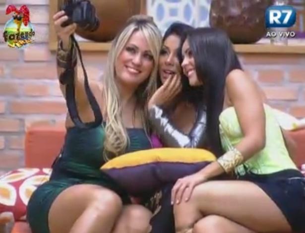 Isis, Natalia e Flavia tiram foto juntas antes da festa