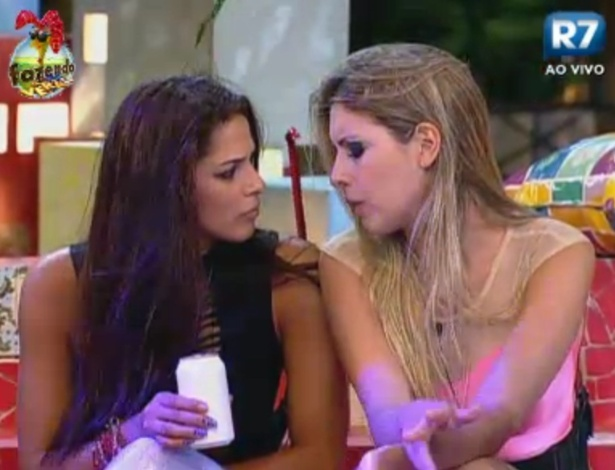 Nuelle e Bianca conversam durante a festa