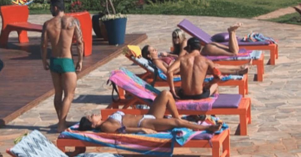 Peões tomam sol e conversam sobre festa com Latino