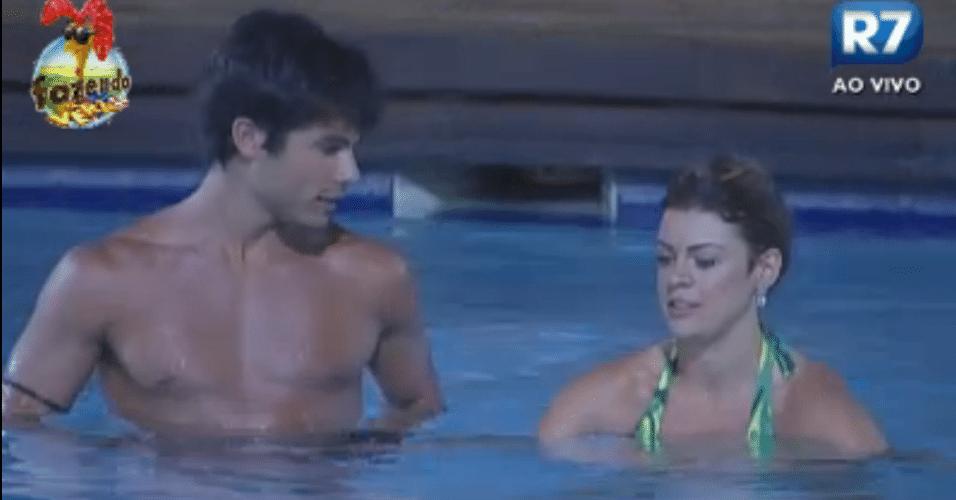 Victor curte piscina com Manoella