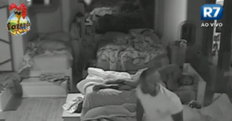 Flávia, Dan, Raphael e Sacramento são os primeiros a acordar