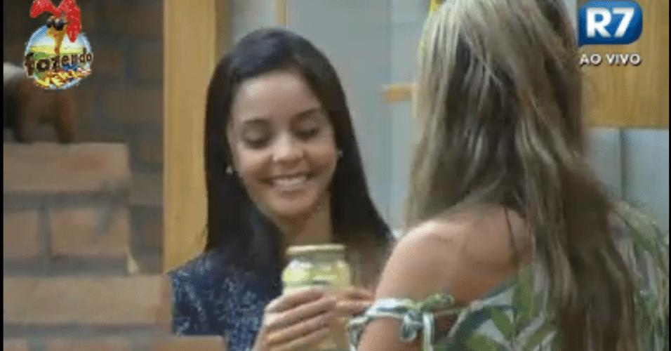 Flávia e ísis se esforçam para abrir uma lata de palmito