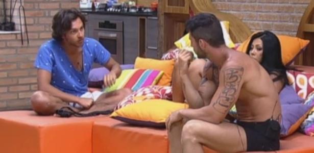 Haysam, Thyago e Natalia conversam sobre próxima roça na sala na madrugada deste sábado (24)