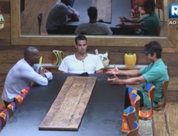 Sacramento, Rodrigo Carril e Victor conversam sobre o jogo