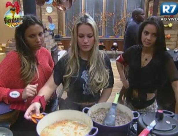 Angelis e Flavia acompanham Ísis na cozinha