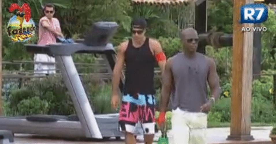 Dan, Raphael e Rodrigo Carril acordam para cuidar da fazenda