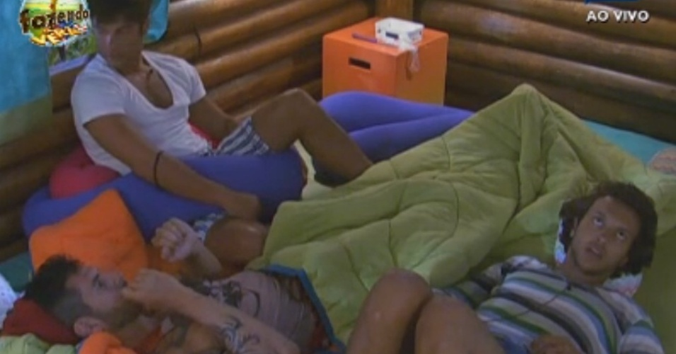Haysam, Thyago e Victor conversam na casinha