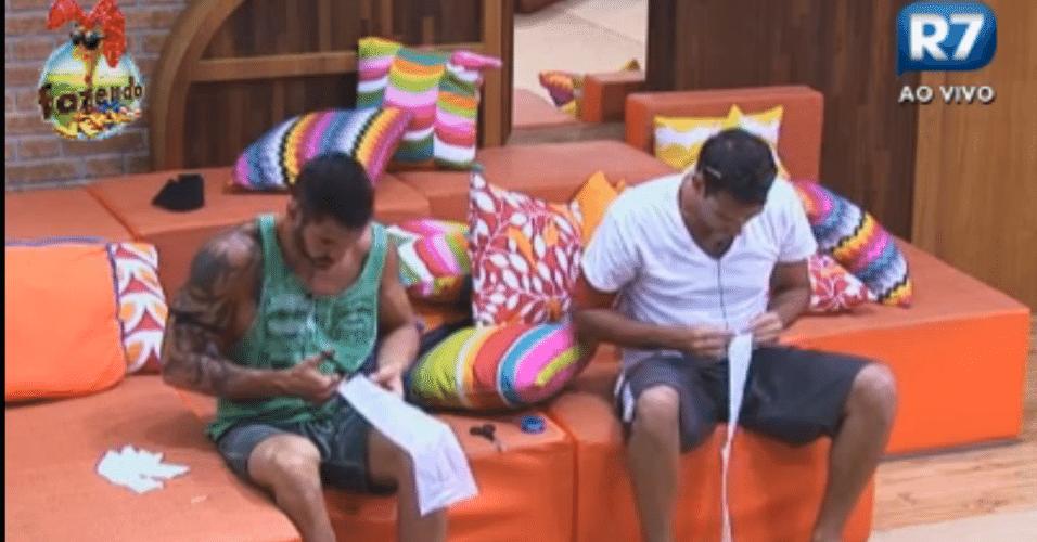 Carril e Thyago tentam criar uma rede de papel para jogar peteca