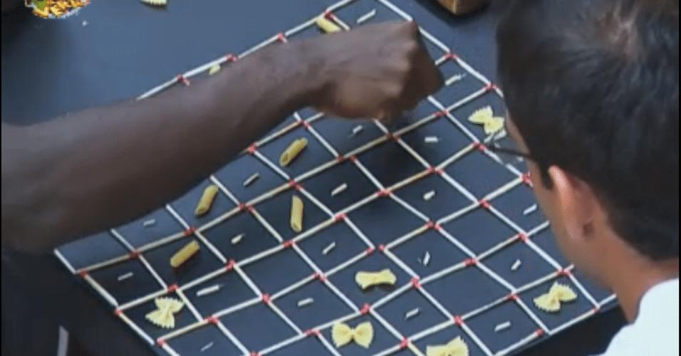 Peões constroem tabuleiro com fósforos e macarrão
