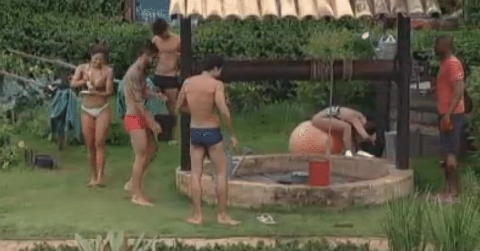 Peões tomam banho frio com água do poço