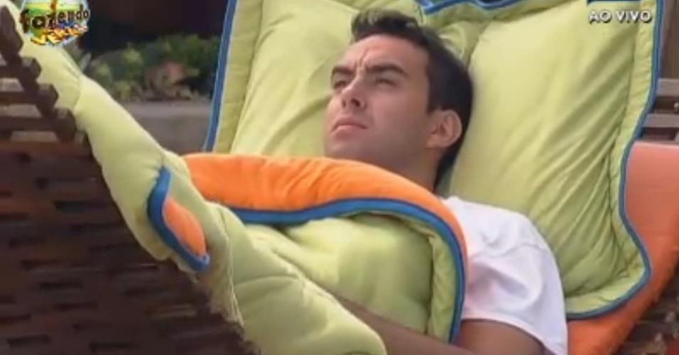 Rodrigo descansa do lado de fora da fazenda