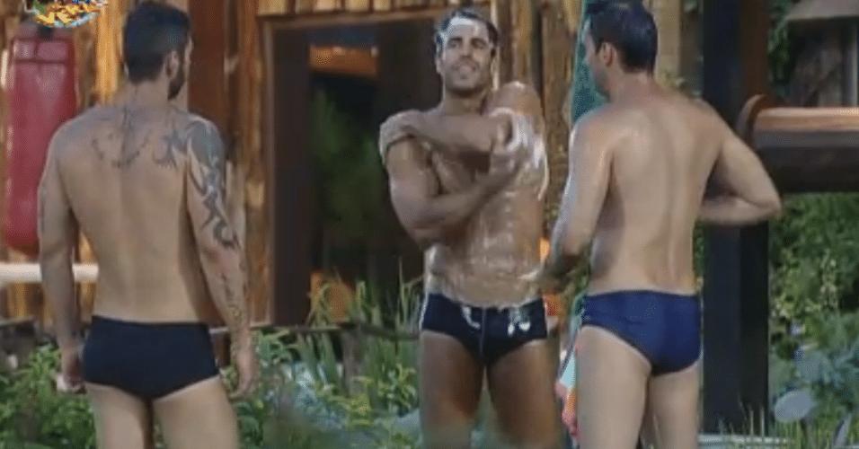 Dan, Carril e Thyago tomam banho de balde no poço