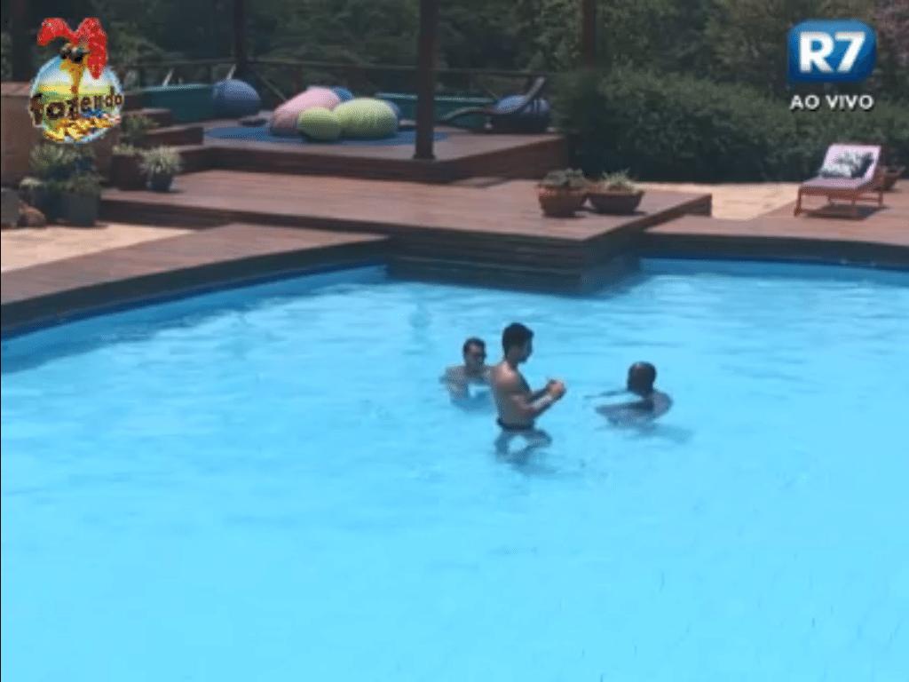 Dan, Rodrigo e Raphael, membros da nova equipe Formiga, curtem piscina