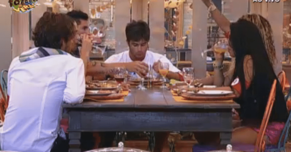 Equipe Formiga janta pizza