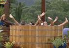 Ísis, Raphael, Flávia e Rodrigo brincam de nado sincronizado no ofurô - Reprodução/Record