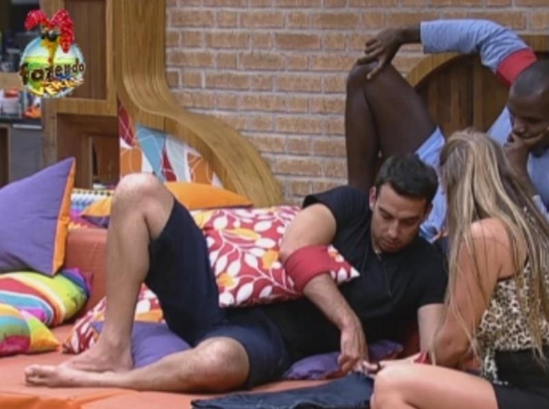 Manoella transforma calça de Rodrigo Carril em bermuda a pedido do peão
