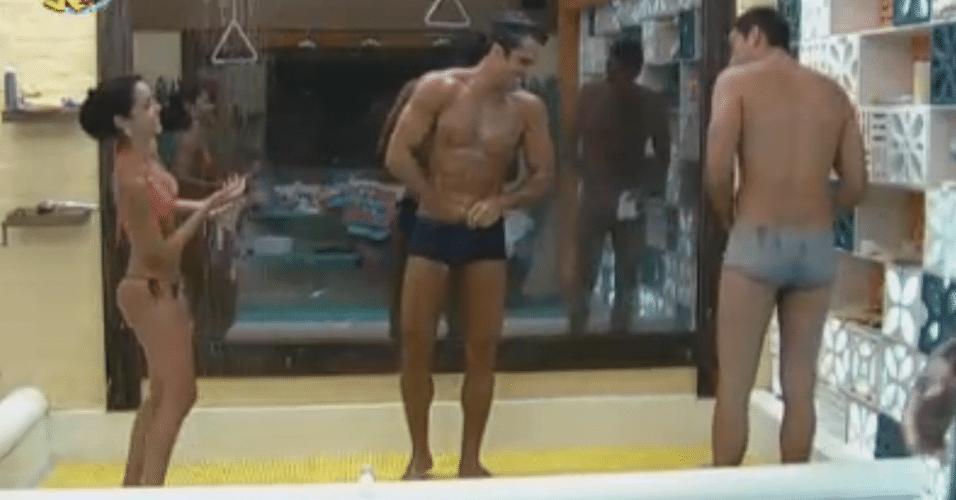 Flávia, Dan e Carril tomam banho frio após ofurô