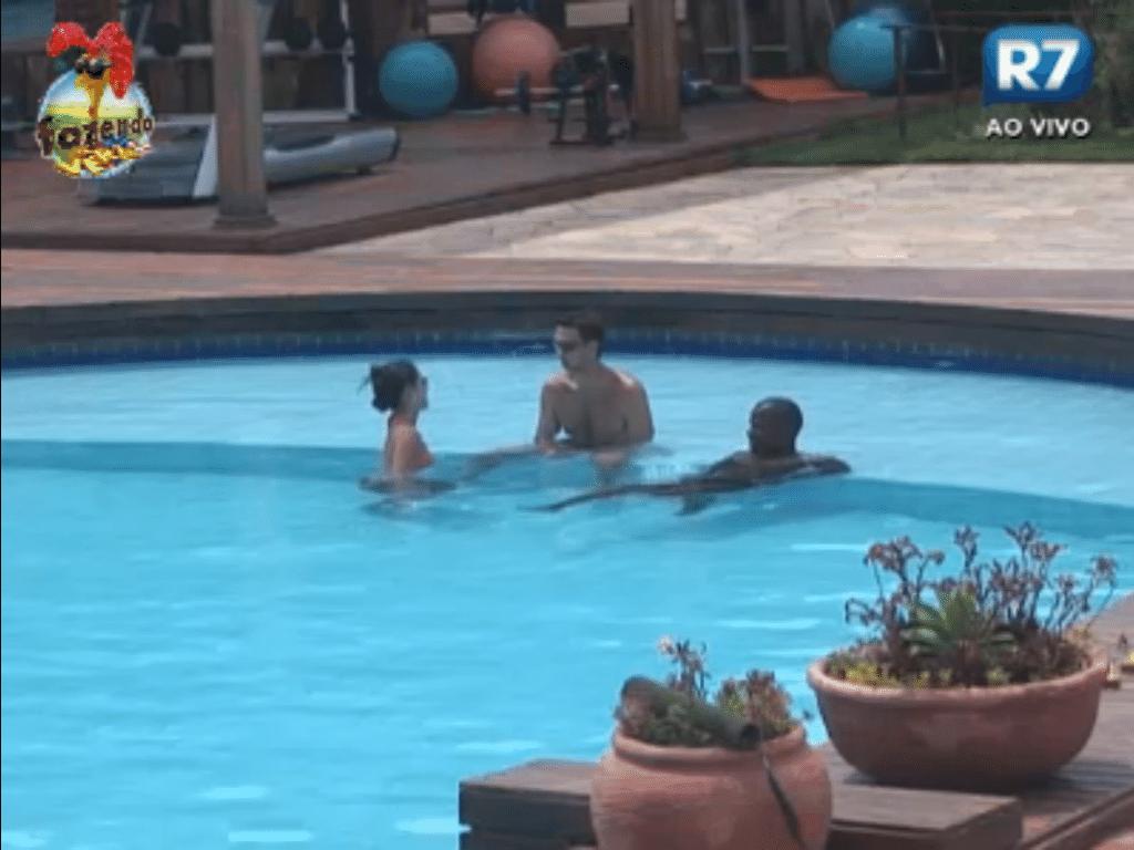 Flávia, Rodrigo Carril e Raphael curtem piscina
