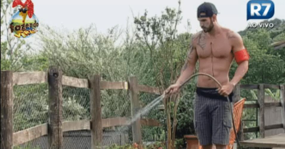 Thyago cumpre sua missão de regar o jardim