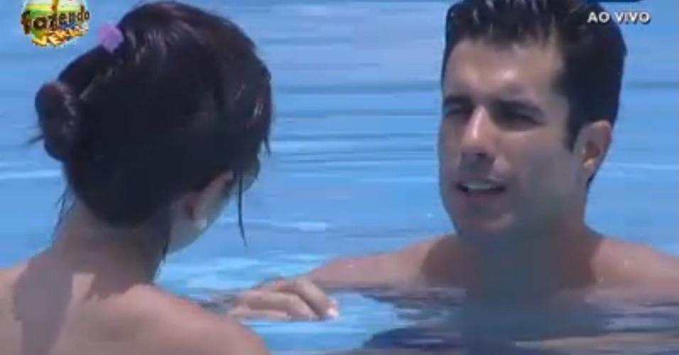 Dan e Flavia conversam na piscina