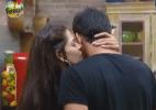 Nuelle dá beijinho no pescoço de Rodrigo Carril, peão pede mais - Reprodução/Record