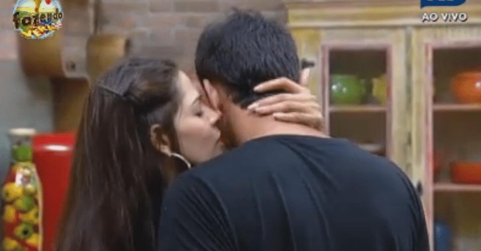 Nuelle dá beijos em Carril