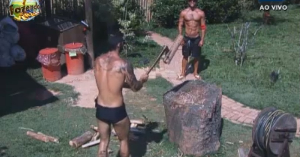 Victor e Thyago cortam lenha