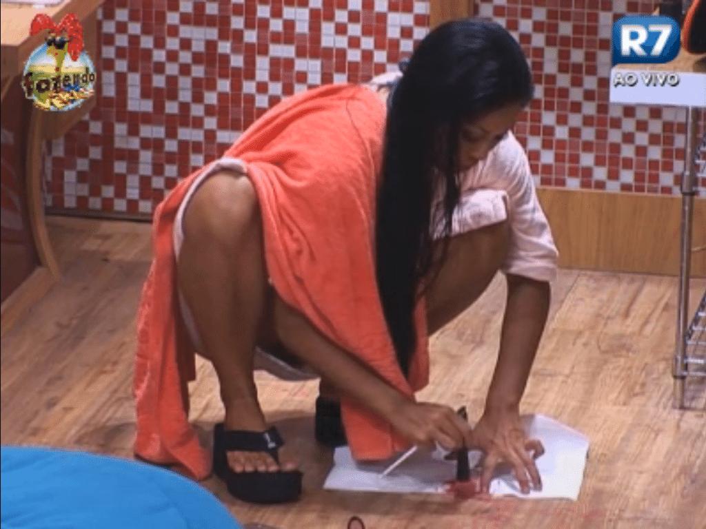 Natalia recolhe sua maquiagem do chão