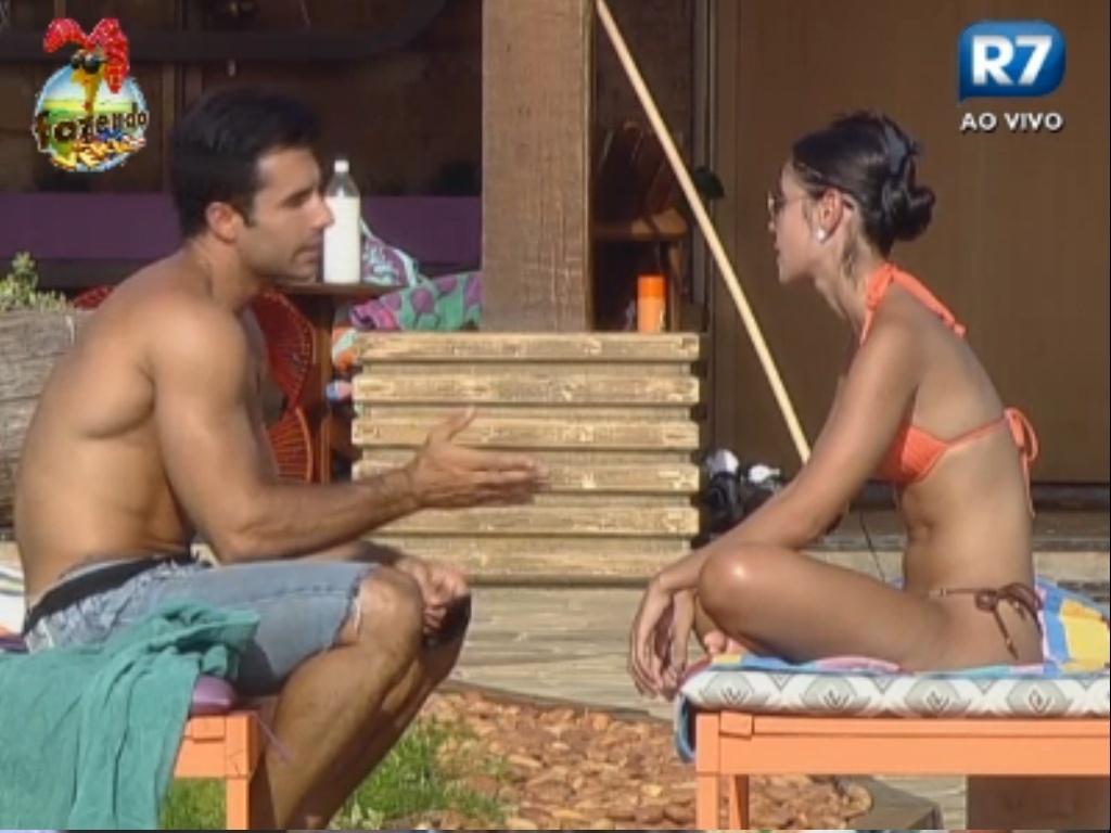 Dan e Flávia conversam sobre alguém que está jogando sujo