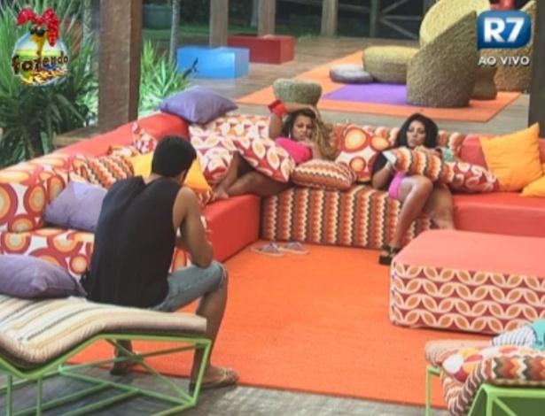 Dan, Natalia e Karine conversam sobre possibilidade de receberem novo participante no reality