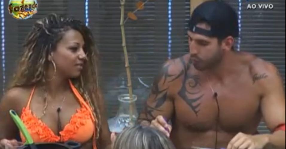 Karine e Thyago comentam ausência de Lucas Barreto