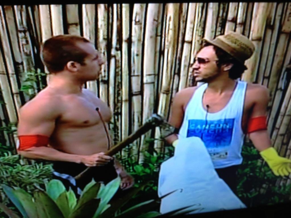 Lucas ameaça Haysam com machado e é expulso do reality show