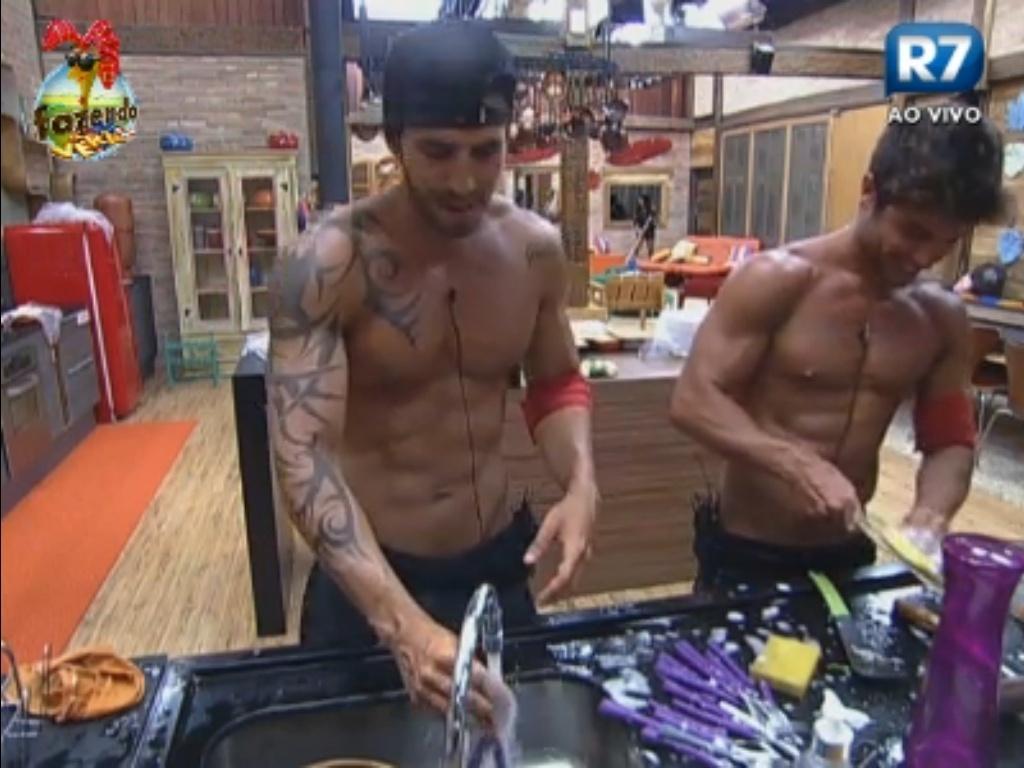 Thyago e Victor lavam louça e cantam hits musicais brasileiros