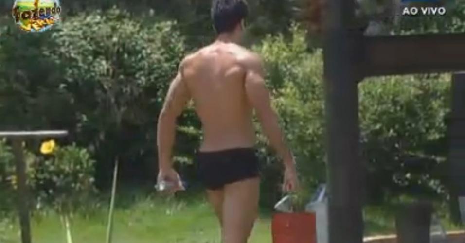 Dan carrega balde de àgua