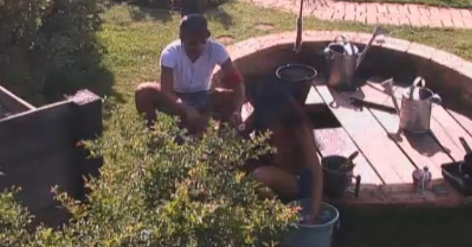 Haysam e Natália usam água do poço para lavar louça