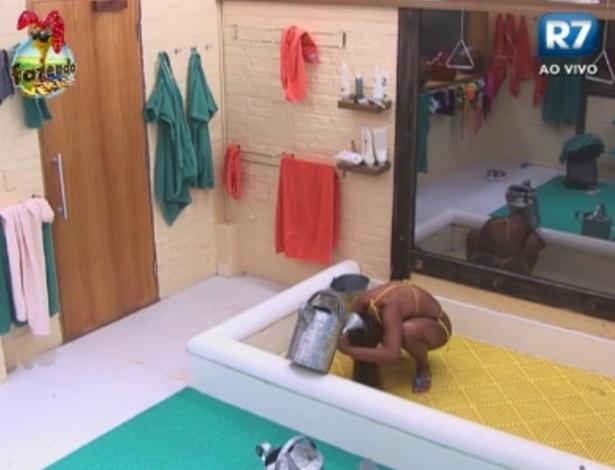 Karine se encolhe para tomar banho; peões estão sem água encanada
