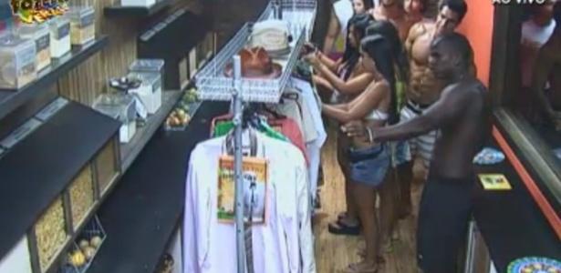 Peões recebem figurino para a festa cubanda
