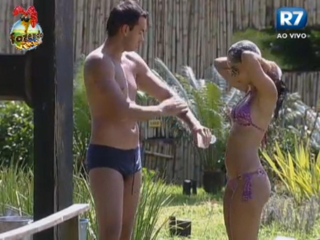 Flavia e Carril tomam banho de regador devido à punição