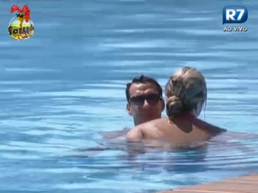 Ísis e Carril trocaram carinho dentro da piscina