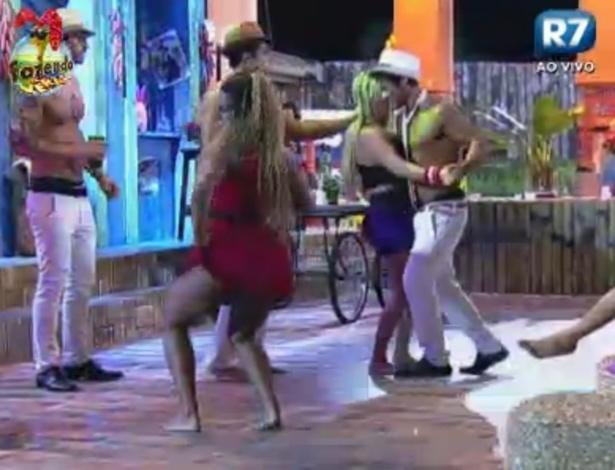 Karine dança até o chão durante a festa